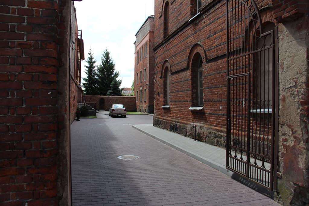 Įėjimas į teismo rūmų ir kalėjimo komplekso vidinį kiemą