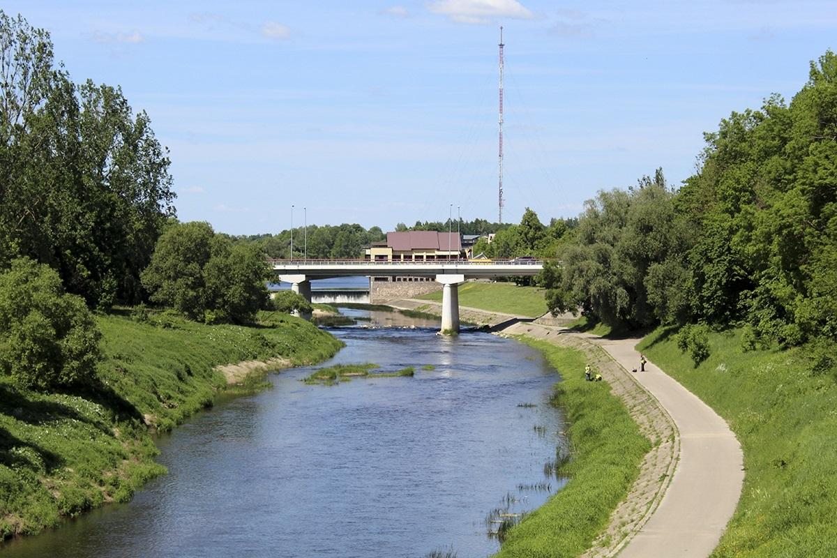 Tiltas per Jūros upę